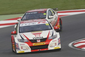 Gordon Shedden heads team mate Matt Neal at the final round of the 2015 season